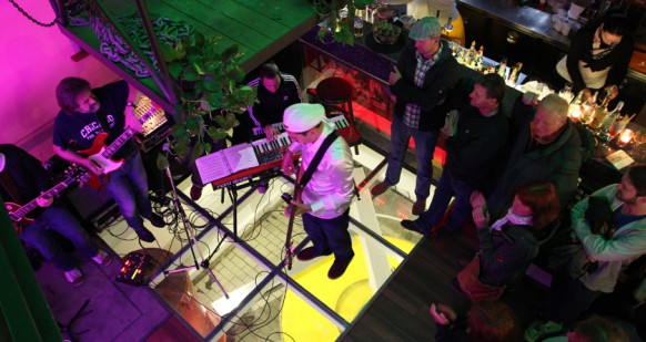 Unvergessener Moment der Jazztage 2012: Der polnische Gitarrist Krzysztof Scieranski und der Brite Shez Raja duellieren sich in großer Freude bei der nächtlichen Session überm Generator der Vierradenmühle.