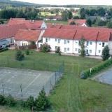 Aussenansicht mit Aussenanlage - Landhotel Zum Heideberg in Quitzdorf am See