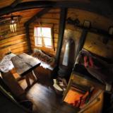 Wohnraum mit Holzofen - Kulturinsel Einsiedel - Baumhaushotel: Judkas Trollfamilienhaus
